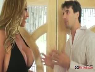 Gigantikus mellű szomszéd kap egy tisztességes fúró hd porn