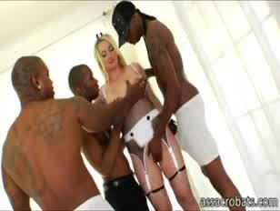 Az insatiable ash-blonde aline kap körülvéve és kettős összetörte a kövér fekete kakasok