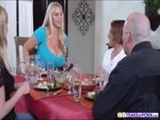 A buxom pumák az asztal alá dörzsölik a szivattyút, és merev tüskével szopogatják