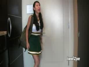 Tia táncos pompomlány az egyenruháját viselte